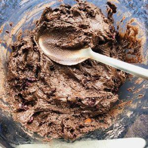 Ciocolată de casa cu migdale și merisoare