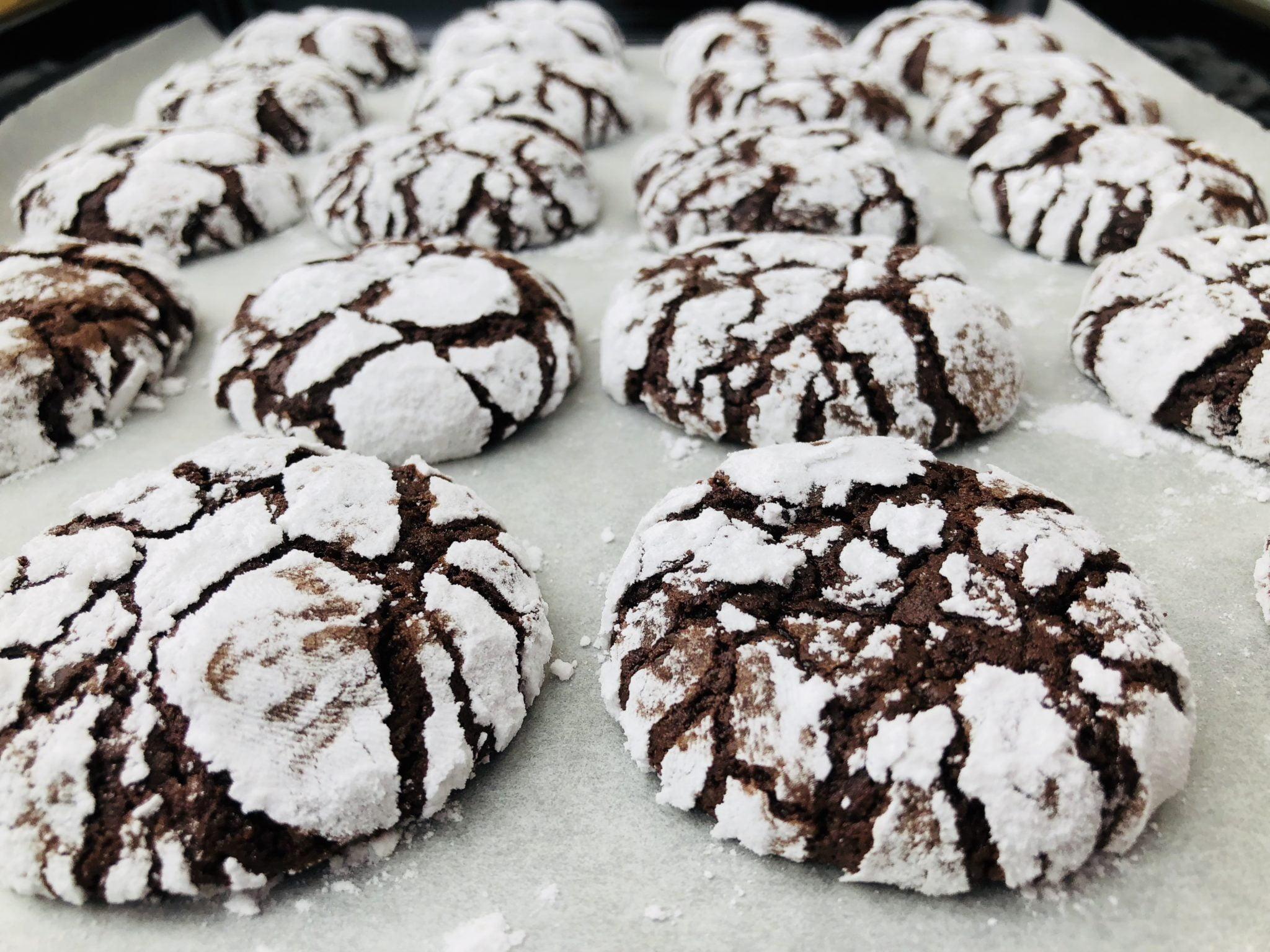 Cei mai buni biscuiți cu cacao, făcuți in casa (chocolate crinkles)