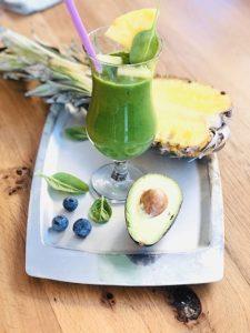Smoothie cu ananas, avocado și spanac