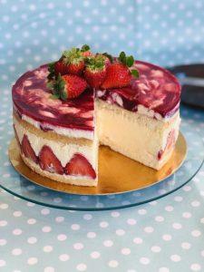 Tort cu căpșuni și cremă de vanilie in stil Fraisier