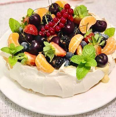 Pavlova cu cremă de vanilie și fructe