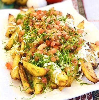 Cartofi prăjiți la cuptor cu telemea și roșii