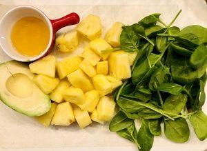 Decojim ananasul și avocado