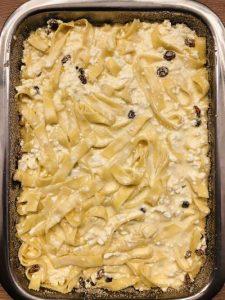 Budincă de tăiței cu brânză dulce și stafide
