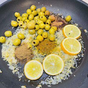 Adăugăm condimentele, lămâia și măslinele