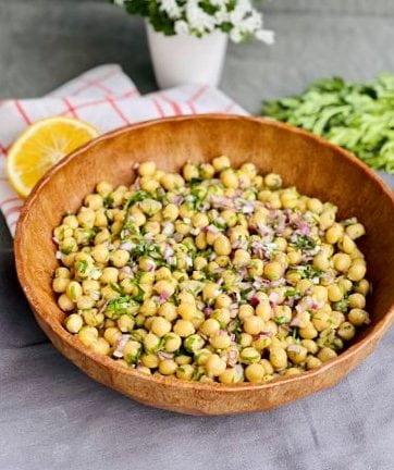 Salată de năut cu ceapă și pătrunjel