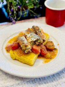 Sardine cu roșii pe mămăliguță coaptă