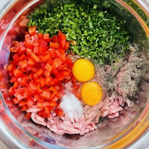 Punem carnea cu restul ingredinetelor