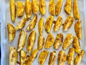 Aranjam cartofii pe o tava tapetat
