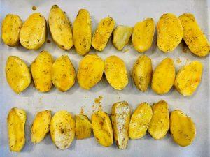 Aranjam cartofii pe o tava