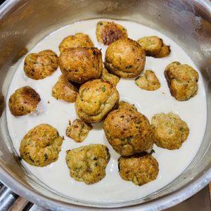 Tună sosul peste ciuperci