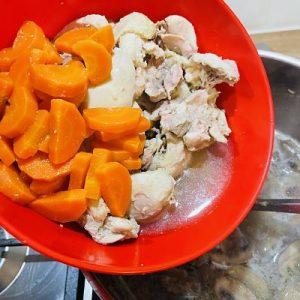 Punem morcovii și carnea