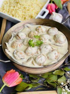 Chifteluțe de pui în sos de ciuperci