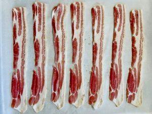 Punem baconul pe tava