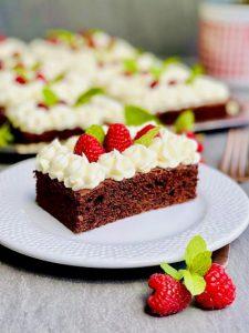 Prăjitură rapidă cu ciocolată, zmeură și mascarpone