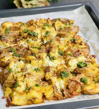 Cartofi zdrobiți la cuptor cu pesto de pătrunjel