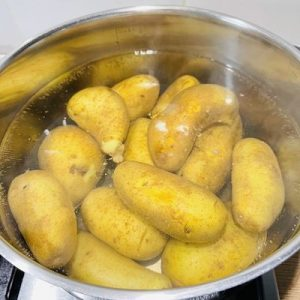 Punem cartofii la fiert cu apa și sare