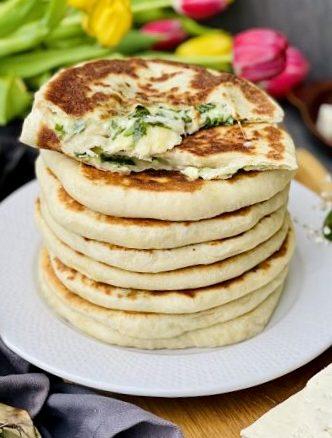 Plăcinte țărănești la tigaie cu brânză și leurdă