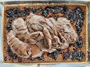 Ungem blatul cu dulceața și turnăm crema