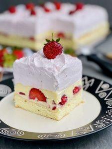 Prăjitura Emily cu căpșuni, cremă de vanilie și bezea italiană cu căpșuni