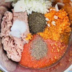 Punem toate ingredientele într-un castron