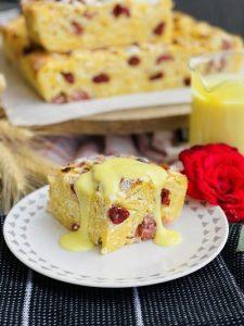 Budincă de tăiței cu brânză și vișine
