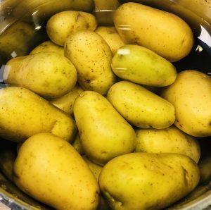 Fierbem cartofii