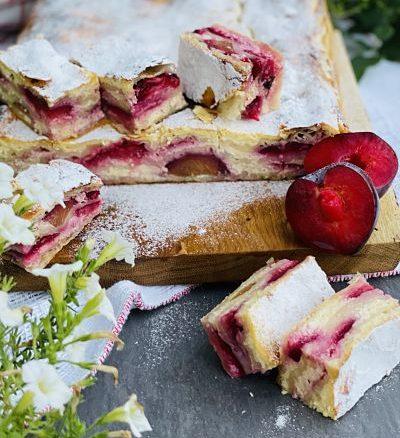 Plăcintă cu brânză și prune, rețetă simplă cu foi din comerț