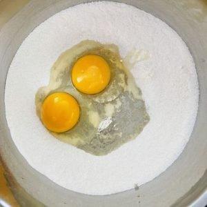 Adăugăm ouăle