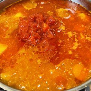 Adăugăm cartofii și roșiile in bulion