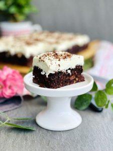 Negresă cu nuci, vișine și cremă de mascarpone cu ciocolată albă