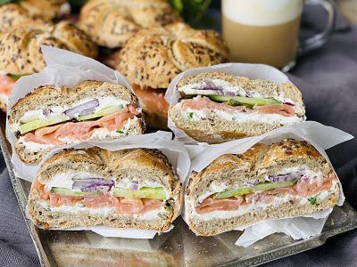 Sandwich cu somon și cremă de brânză