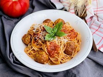 Spaghete cu chifteluțe în sos de roșii